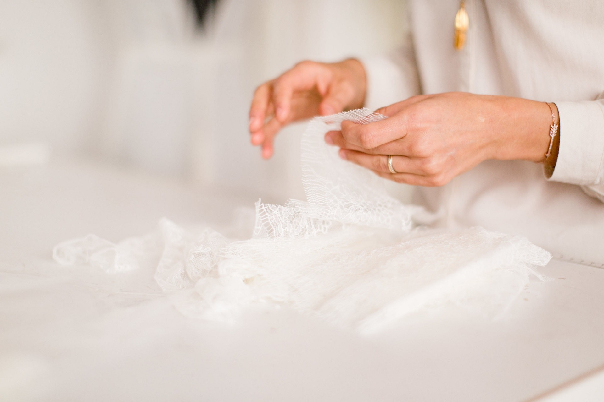 pour la fabrication des robes de mariée l'atelier utilise la dentelle de calais