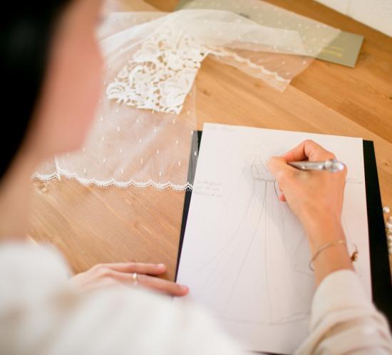 la créatrice laetitia drouet dessine votre robe de mariée