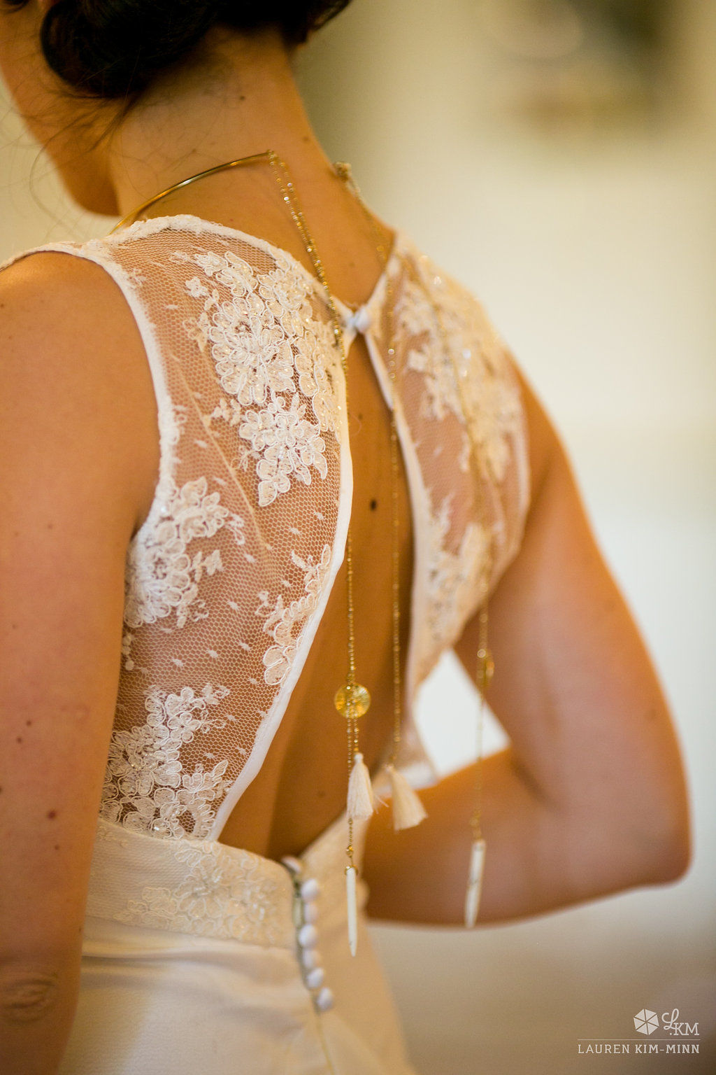 collier de dos mariage avec robe de mariée dos nu