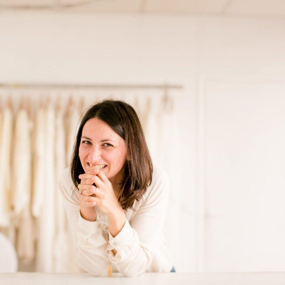 laetitia drouet la créatrice, styliste et couturière de robe de mariée de l'atelier kamélion couture en loire atlantique prés de Nantes