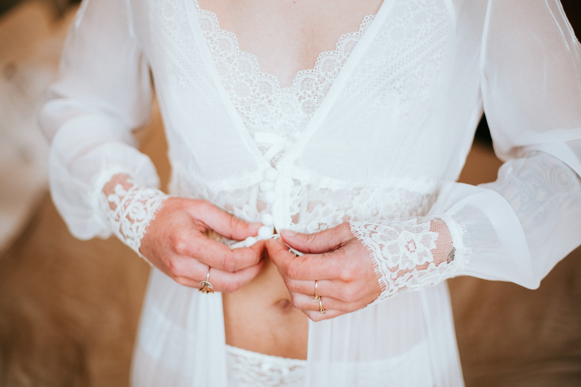 Joli peignoir en mousseline de soie pour la mariage.