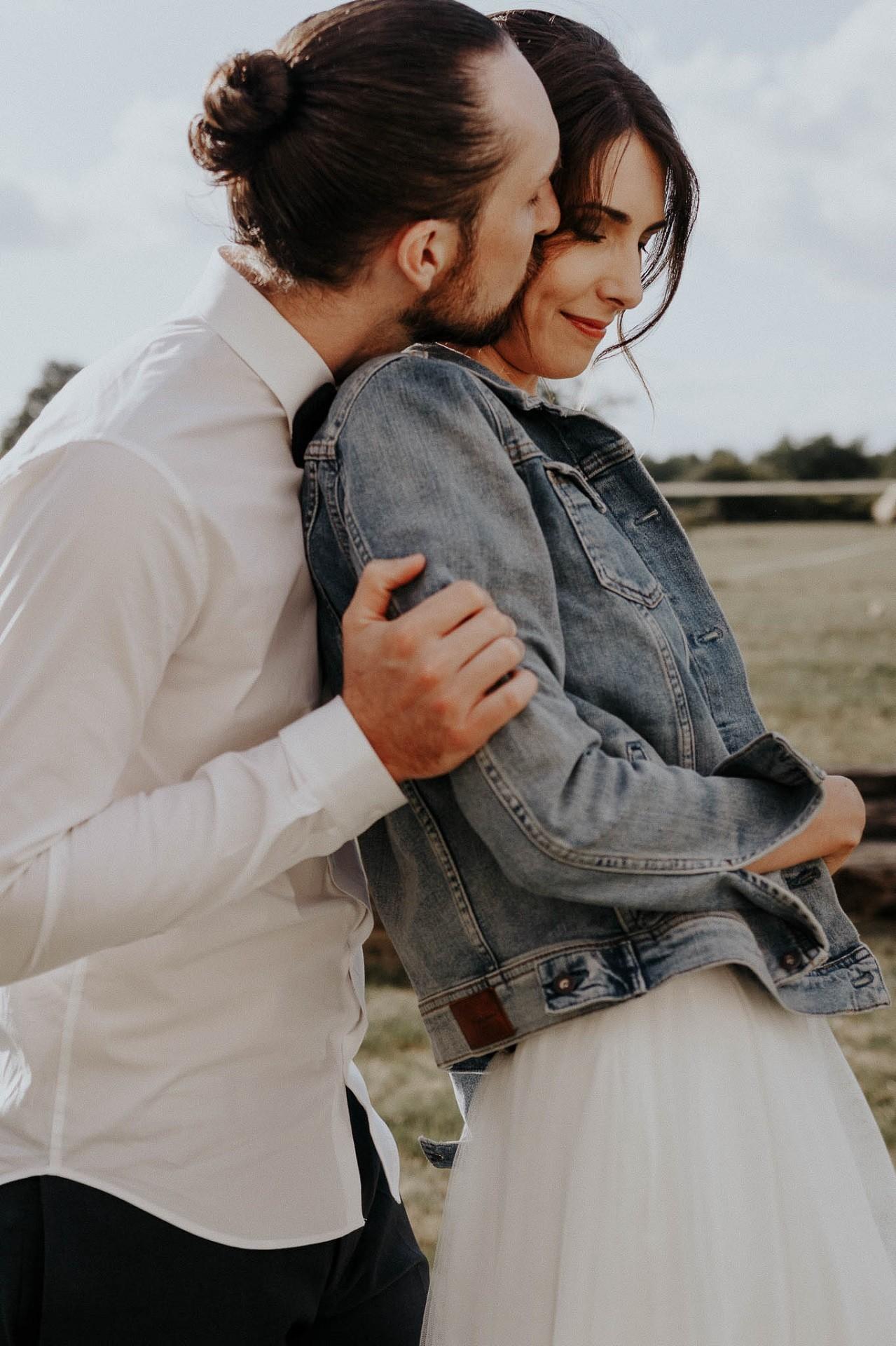 une veste en jean sur sa robe de mariée le detail tendance de cette année