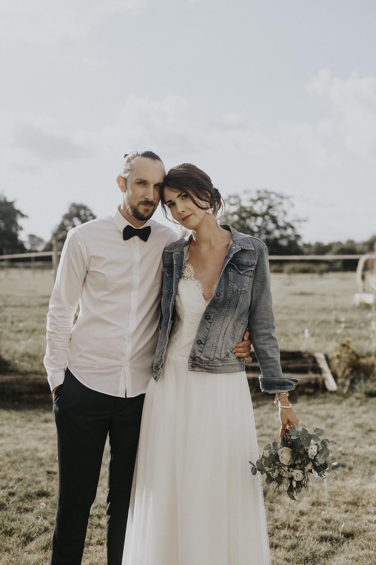 portez la veste en jean sur sa robe de mariée la touche tendance de cette année