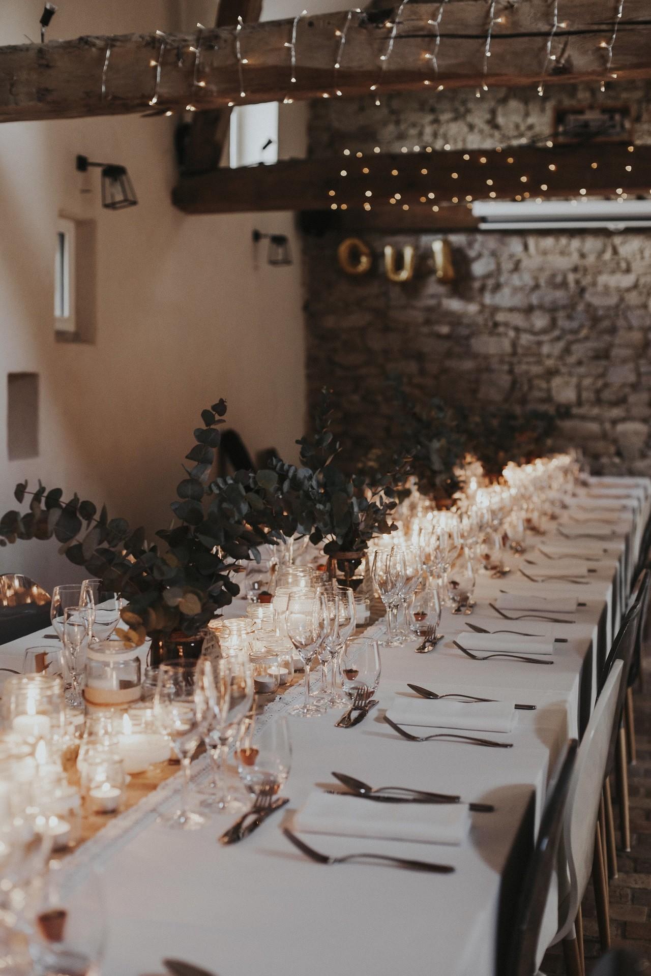 la decoration de table du mariage de cecile et nicolas bougies eucalyptus une decoration naturel et tendance