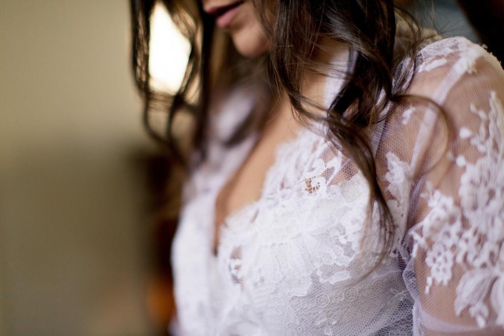 habillé d'un jolie deshabillé en dentelle de calais la mariée est pret à se faire coiffer pour le jour j