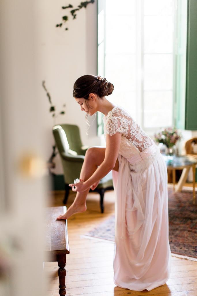 c'est le jour j du mariage la mariée se prépare, elle enfile sa jarretière.
