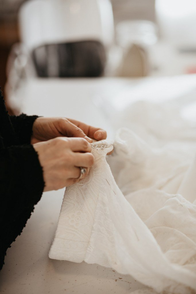 robe de mariée sur mesure photo de l'essayge d'une future mariée