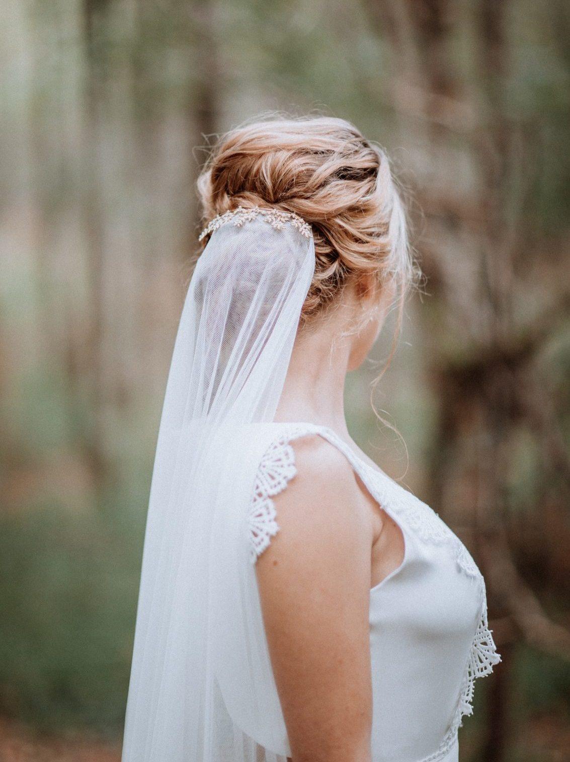 long voile de mariée attaché par un peigne