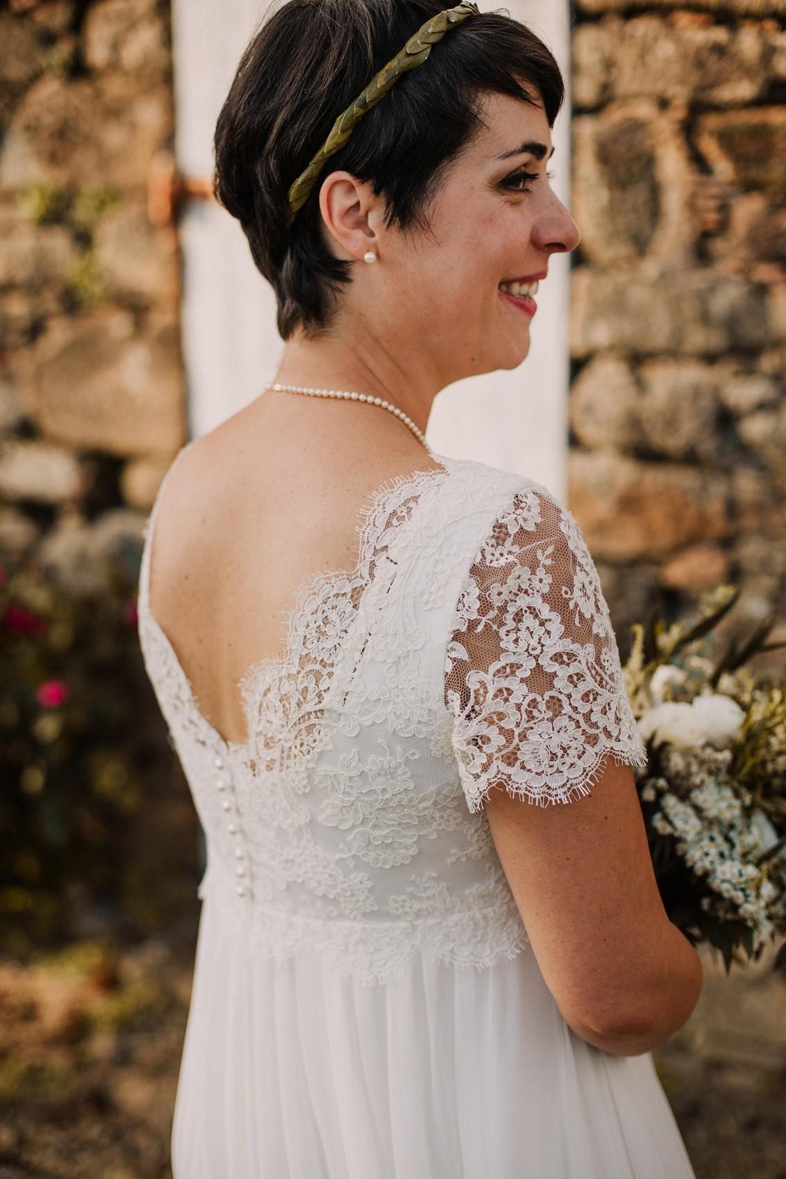 robe de mariée dos nu en dentelle avec soutien-gorge
