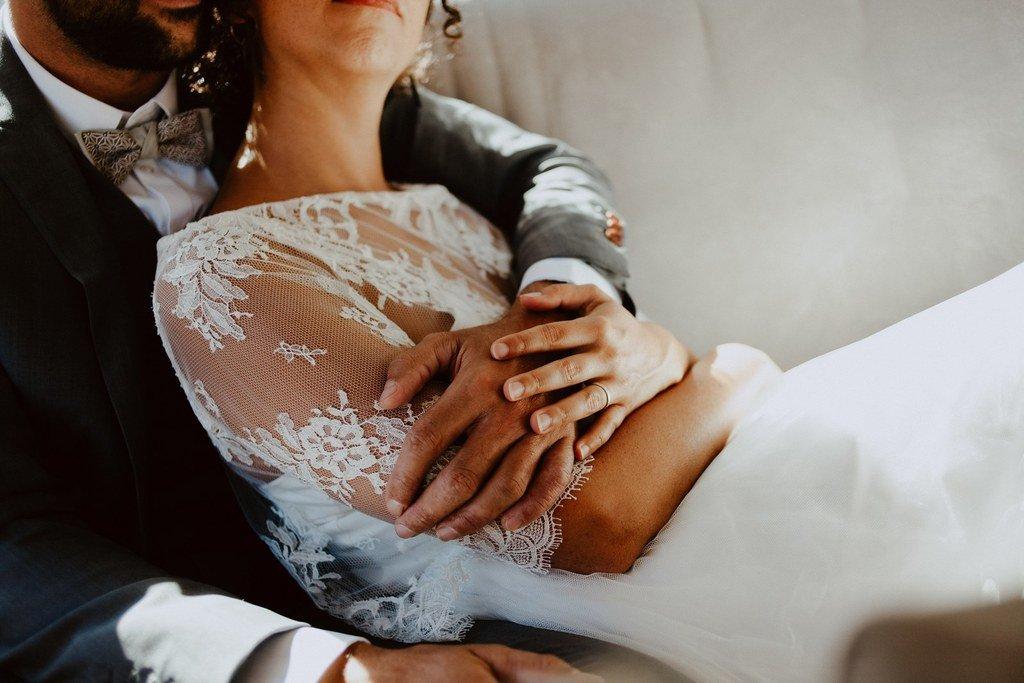 Alice porte un joli top en dentelle de calis accordé à sa robe de mariée.