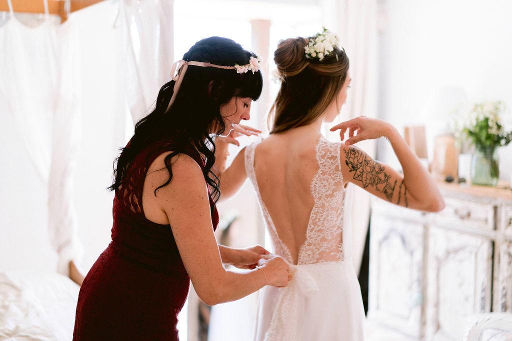 La maman qui ferme la robe de mariée de sa fille, quelle émotion!