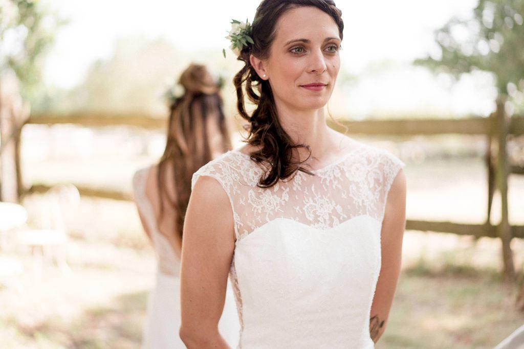 Le moment ou les mariés se découvrent juste avant la cérémonie c'est toujours un moment fort en émotion.
