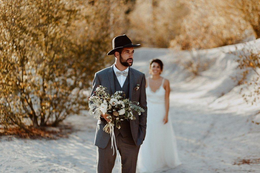 La découverte des mariés juste avant de partir pour le mariage civil.
