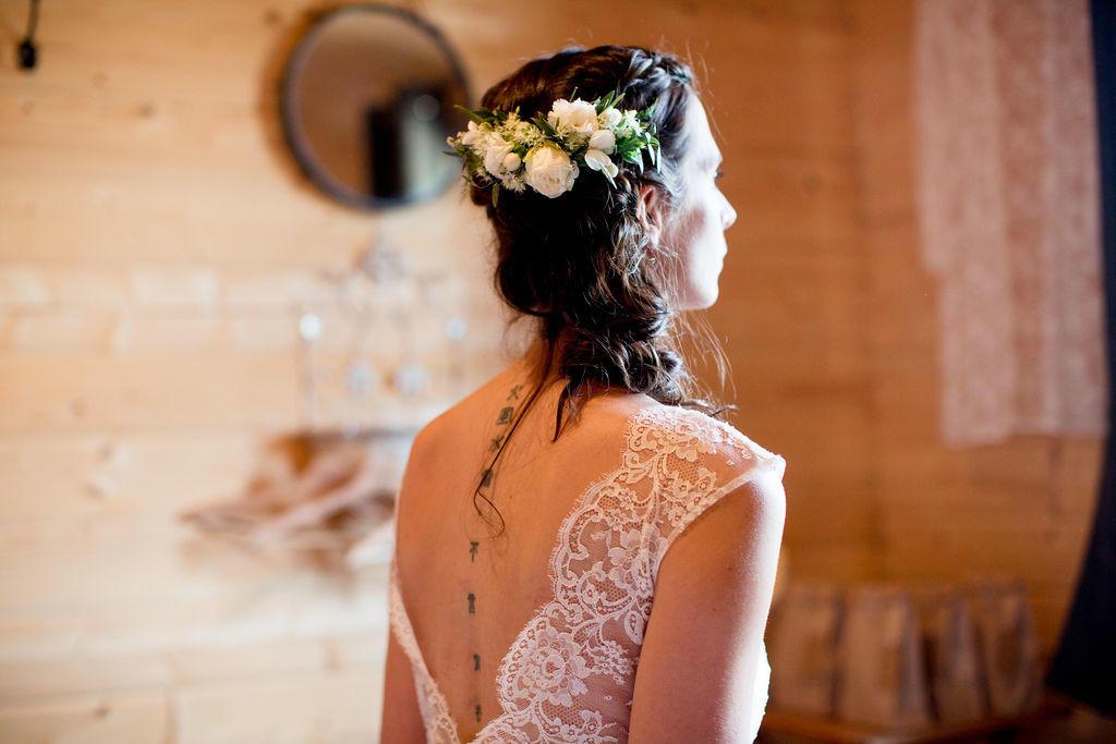 Olivia portait une robe de mariée courte avec un magique dos nu en dentelle créer par Laetitia Drouet de kamélion-couture dont l'atelier est situé entre Nantes et Ancenis.