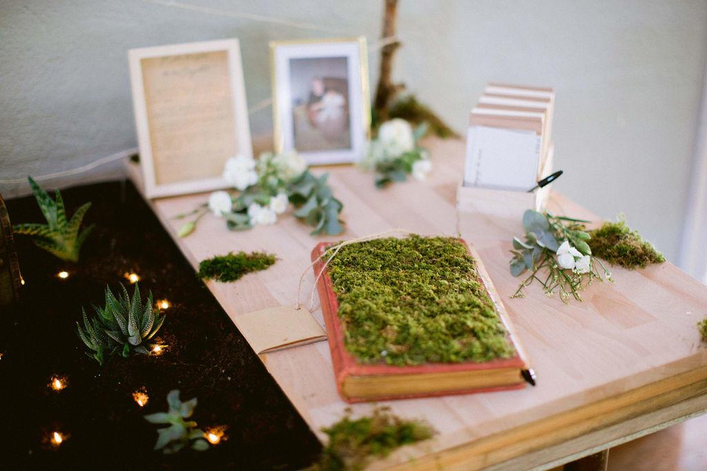 Très original le livre d'or des mariés recouvert de mousse végétale.
