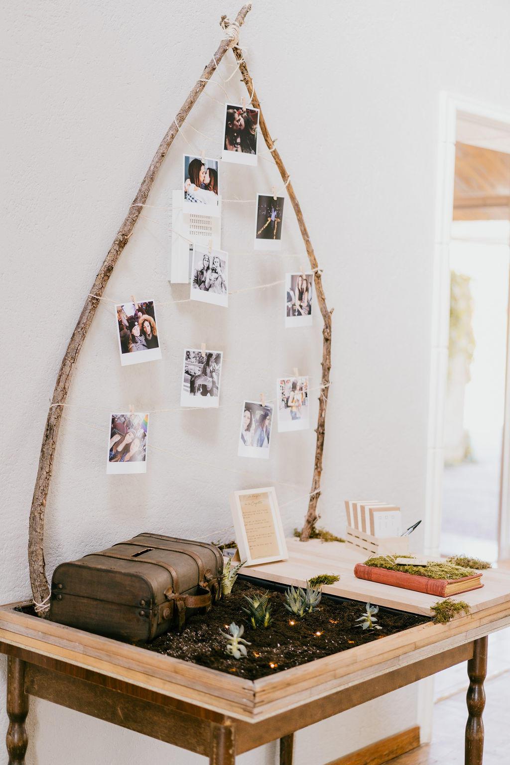 Une belle idée de décoration végétal pour mettre en valeur leur livre d'or de mariage.