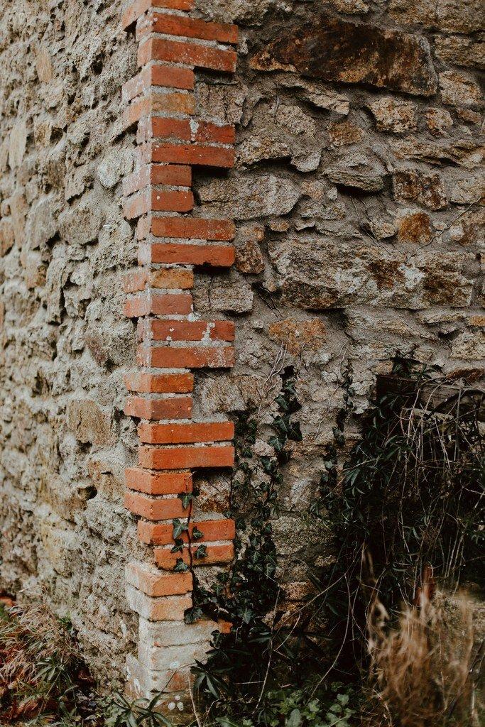 Un mur en brique et pierre au Domaine du Thiémay.