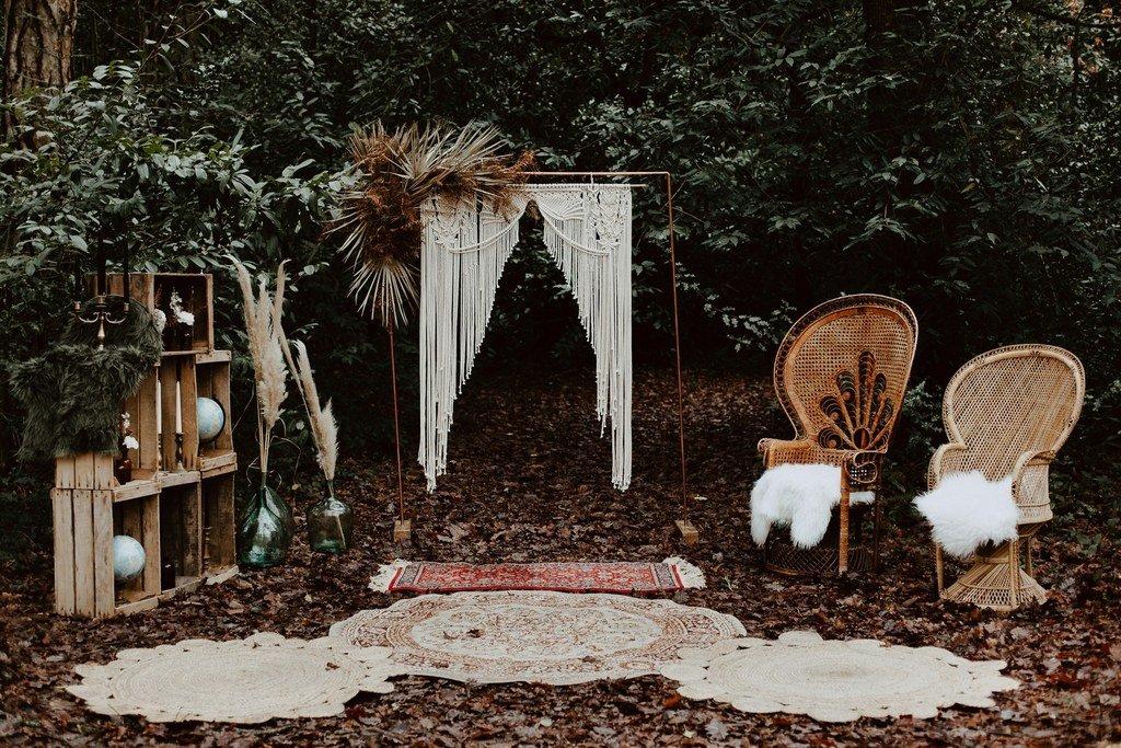Une belle idée de décoration du lieu de cérémonie, une ambiance boho folk avec ce fauteuil Emmanuel.