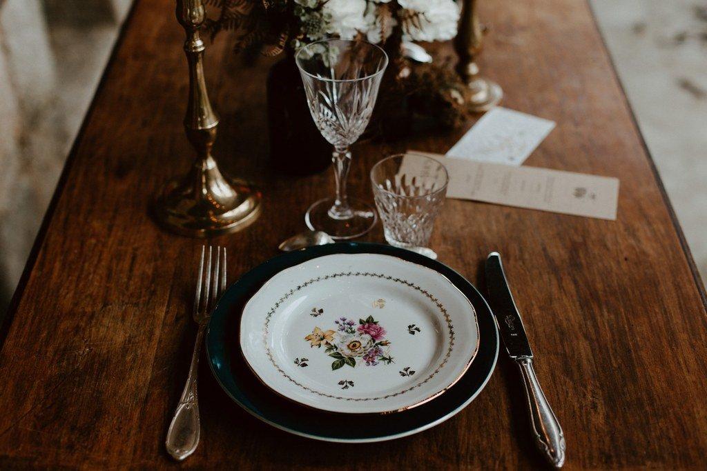 De la belle vaisselle vintage c'est une idée original de la mariée.