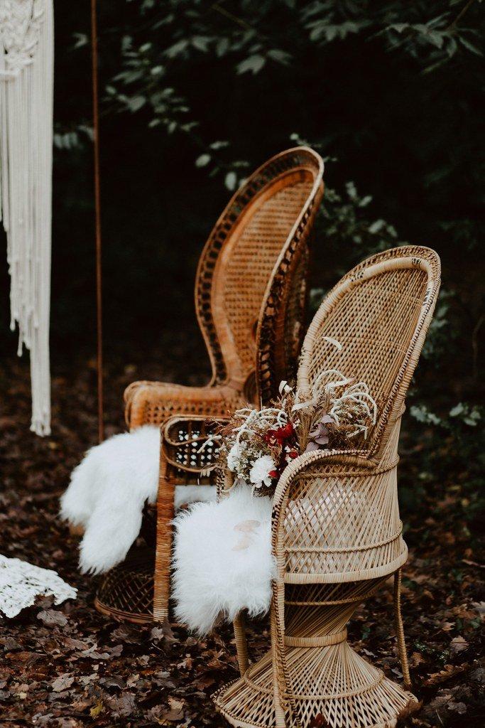 Les fauteuils Emmanuel pour la cérémonie de ce mariage d'hiver on aime le style 100% boho folk.