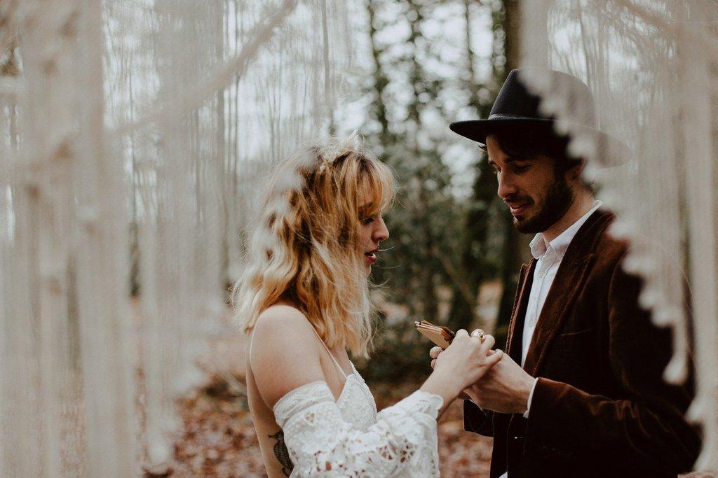 Dans sa longue robe en guipure la mariée à lue ses vœux à son époux devant tous les invités.