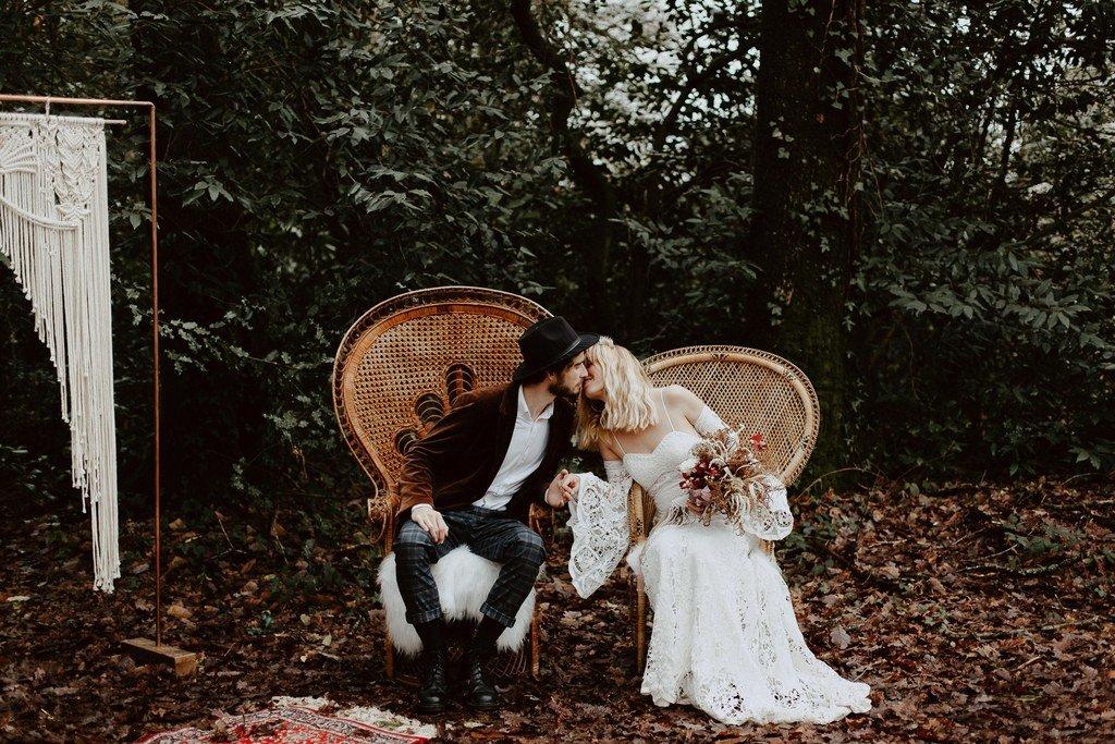 A la fin de la cérémonie laïque, lors de se mariage d'hiver les invités ont applaudit les jeunes mariés.