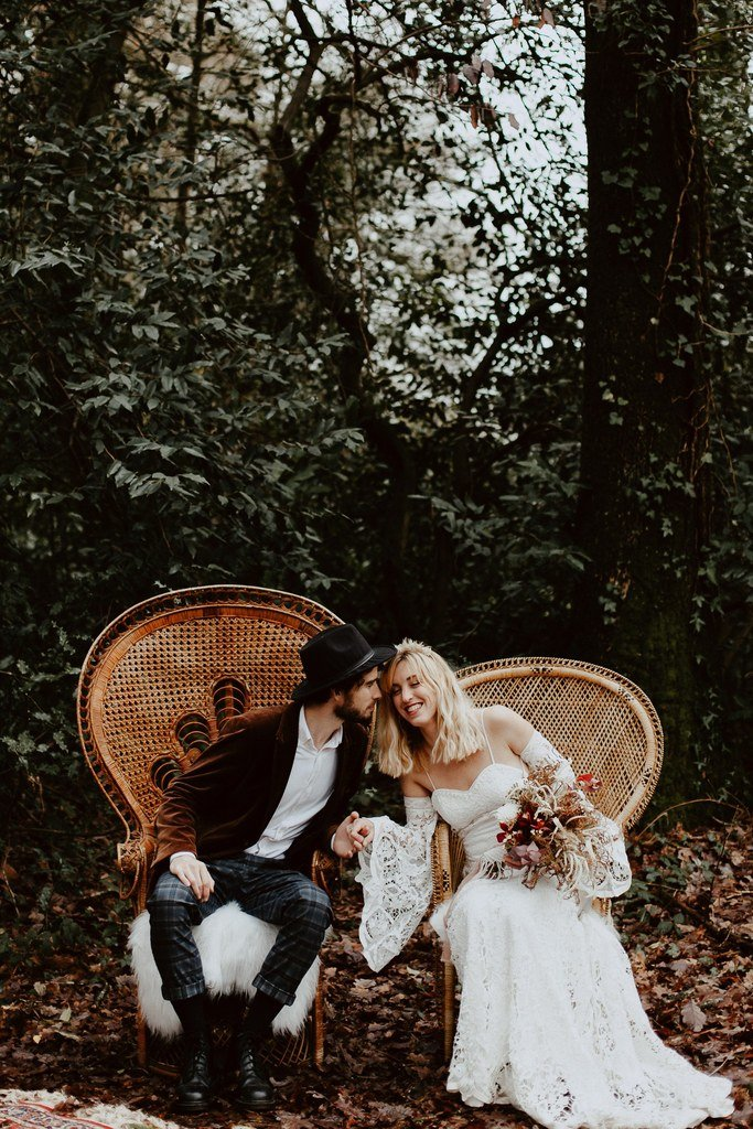 Lors de la cérémonie laïque les mariés étaient assis sur des fauteuil Emmanuel, une idée super original que les invités ont beaucoup aimé.