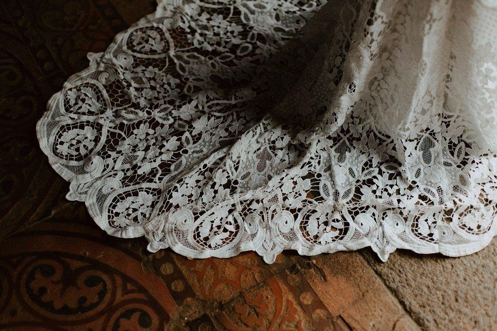 Une longue traîne en guipure parfait pour un mariage inspiration boho folk d'hiver.