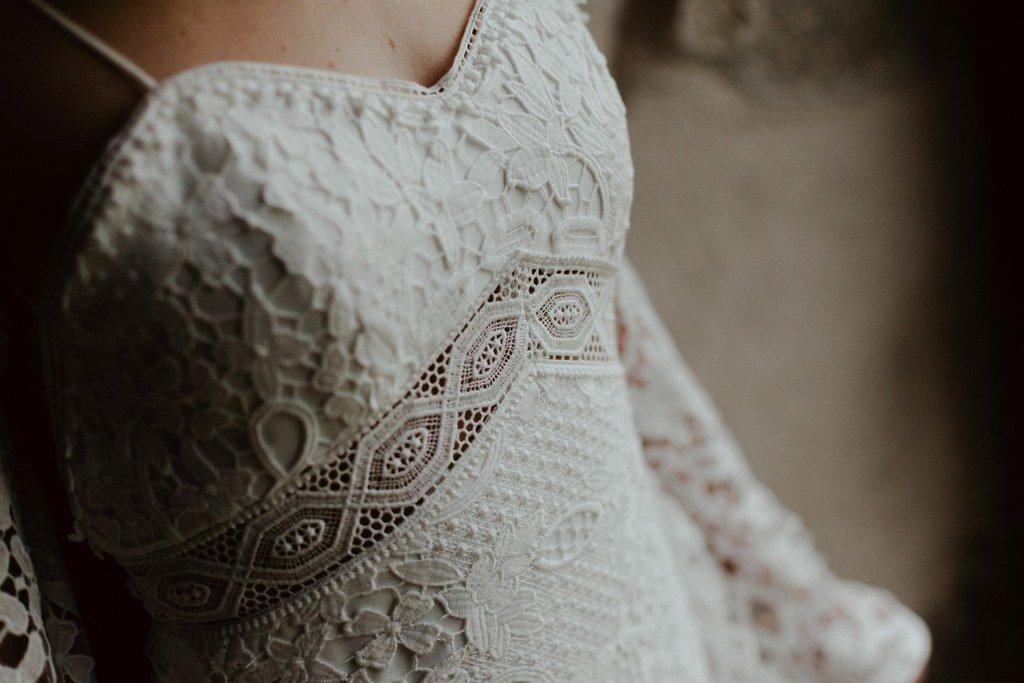 La taille de la robe est ajouré par un galon en dentelle.