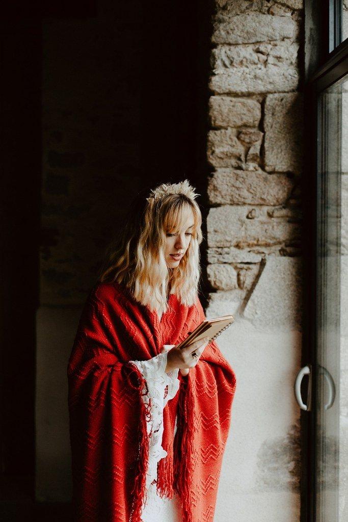 Pour un mariage d'hiver la mariée porte une étole ocre en laine.