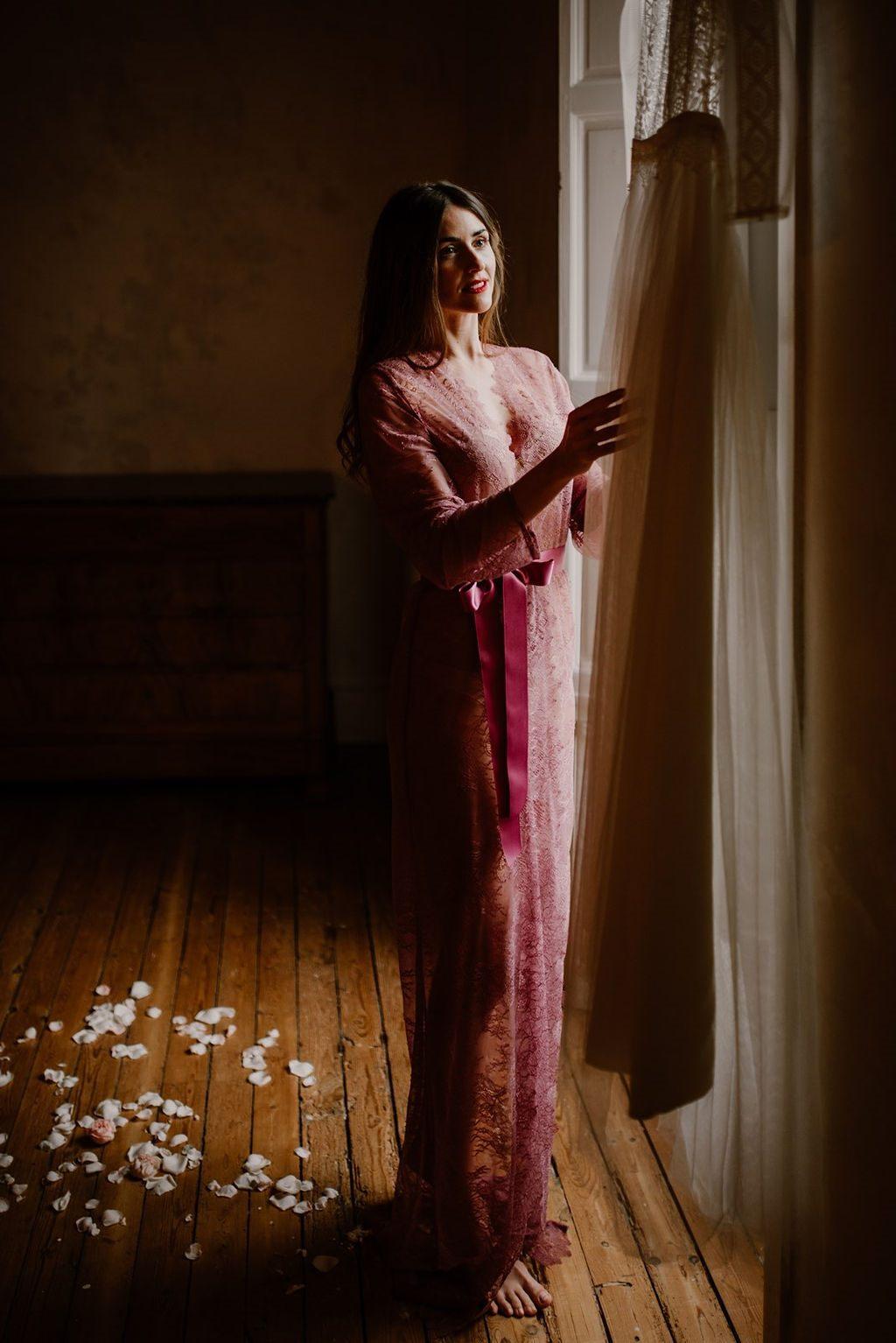 La mariée porte un magnifique kimono en dentelle lors de sa mise en beauté le matin de son mariage.
