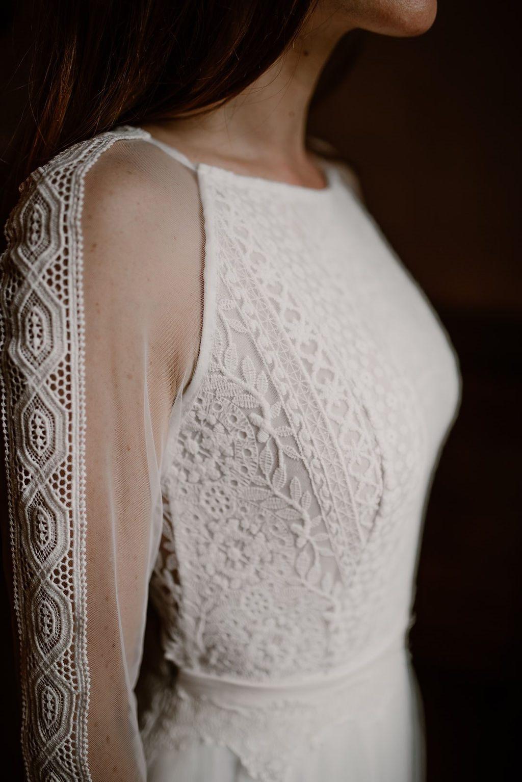La jolie mariée est prête dans sa chambre de la guilbaudiere.