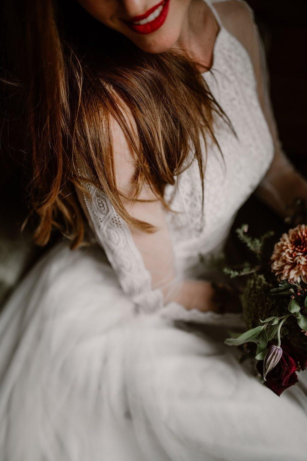 Les manches de cette robe de mariée sont transparentes avec des petits détails de guipure.