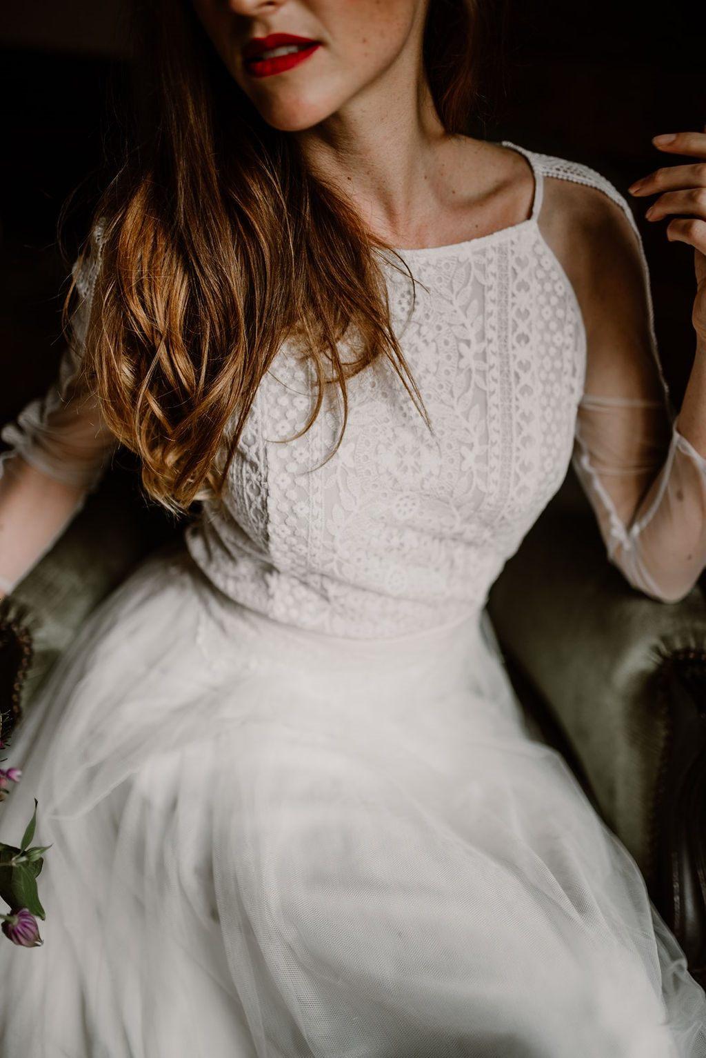 Cette belle robe de mariée original est composé d'une dentelle au motif géométrique très tendance.