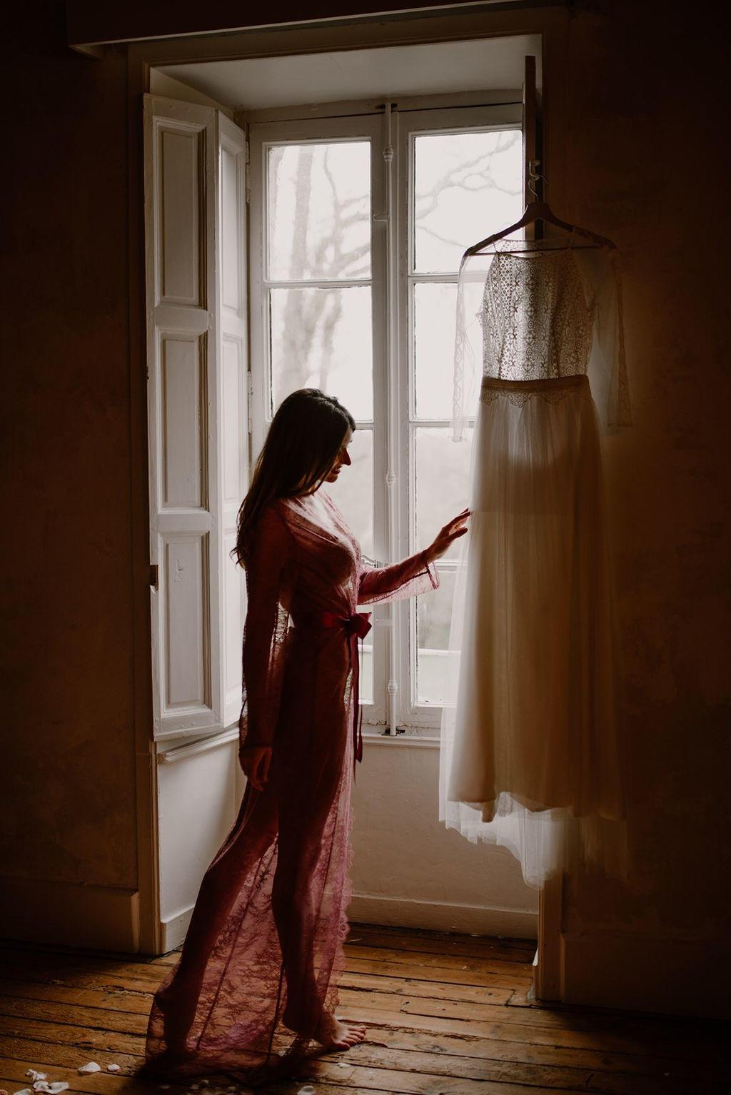 Juste avant de se marier Frédérique admire sa robe de mariée réalisé par la créatrice Laetitia Drouet.