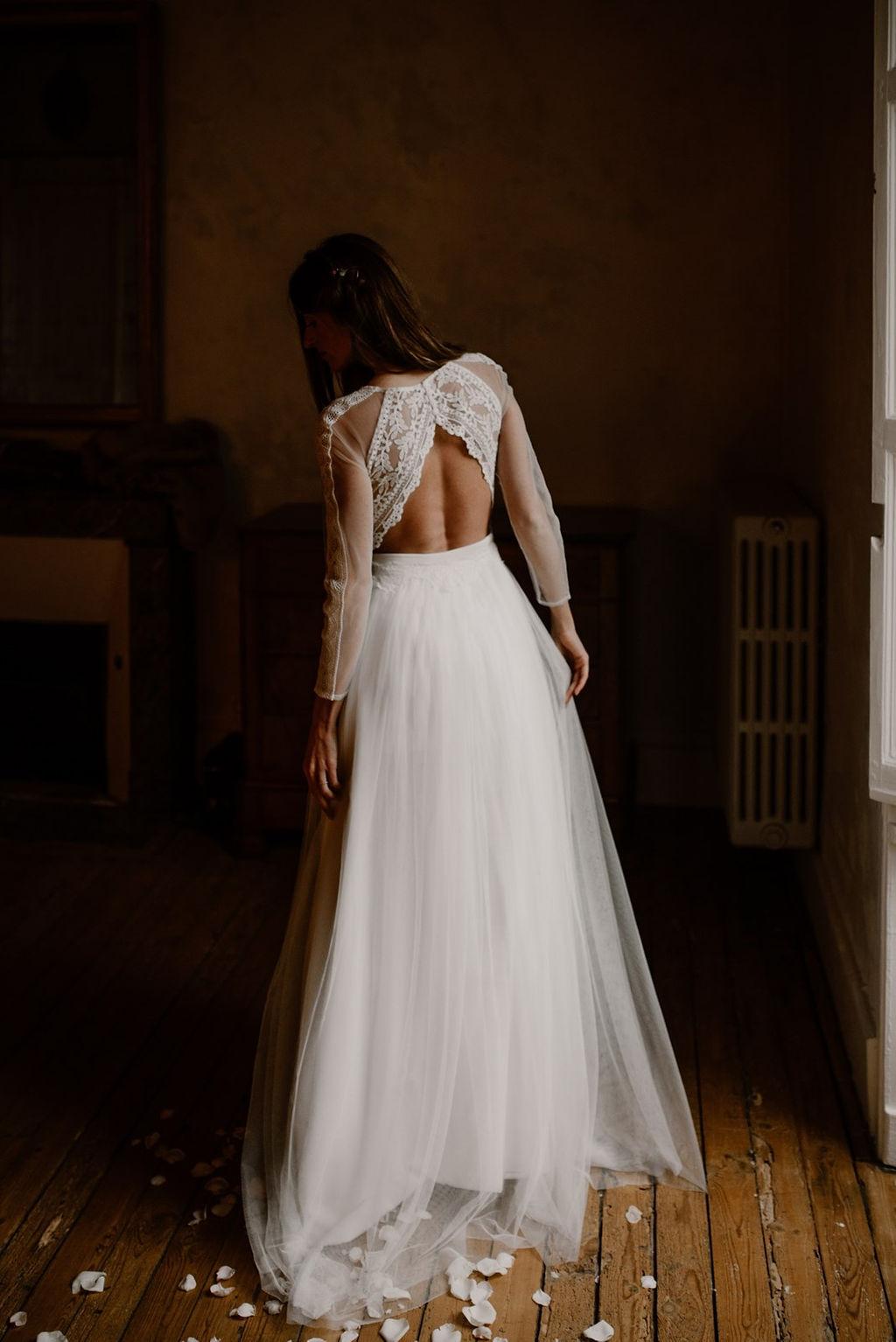 Une belle robe de mariée dos nu avec une jupe de princesse en tulle.