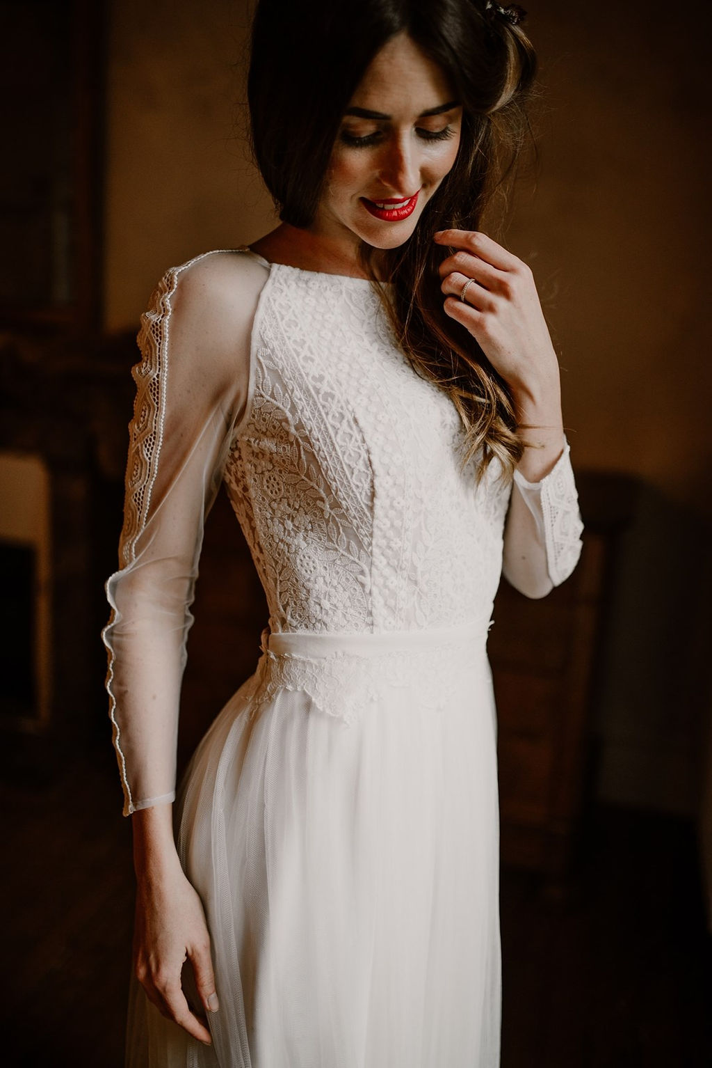 Composé de dentelle française cette robe est original avec ses manches transparentes.