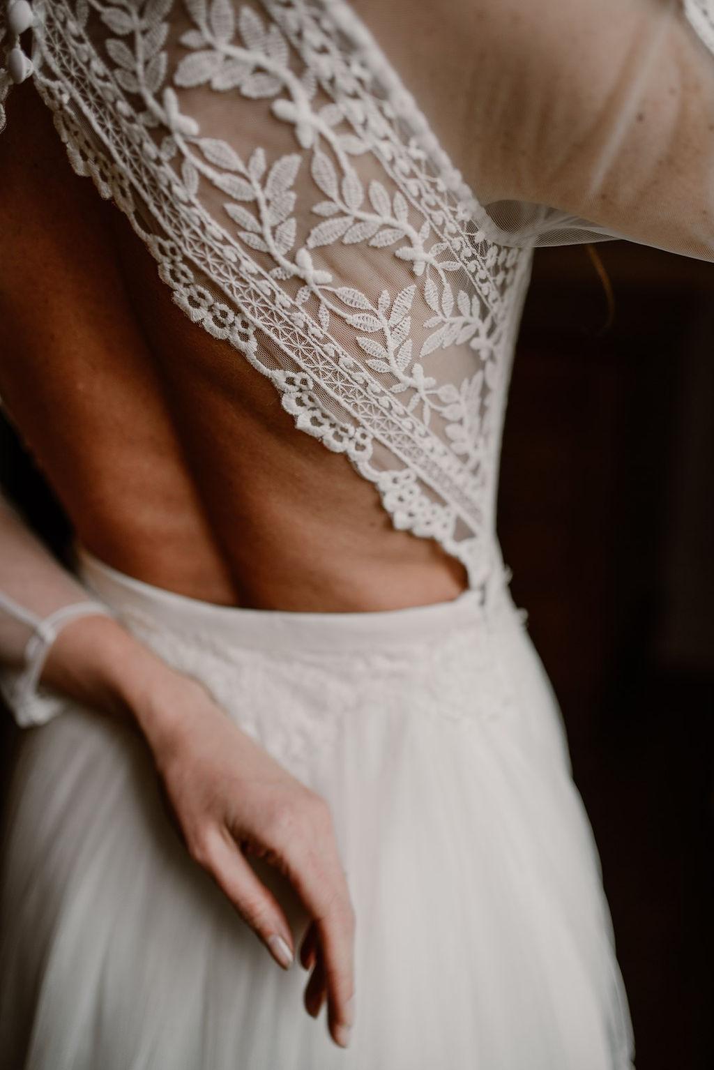 La robe anna est composé d'un dos nu en dentelle fermé à la nuque par de simple boutons.