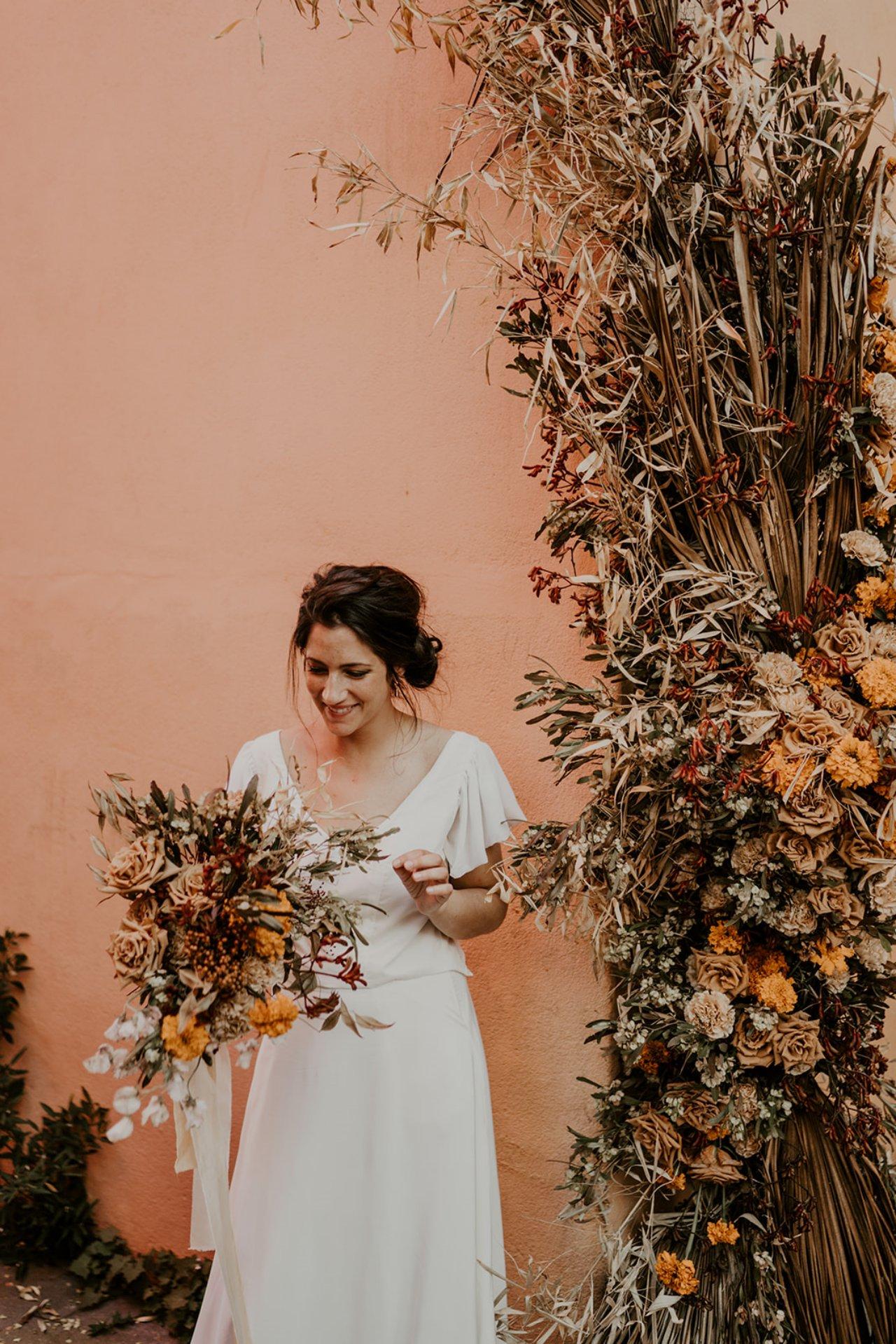 Pour son bouquet cette jolie mariée à choisi des couleurs chaude à la dominance ocre.