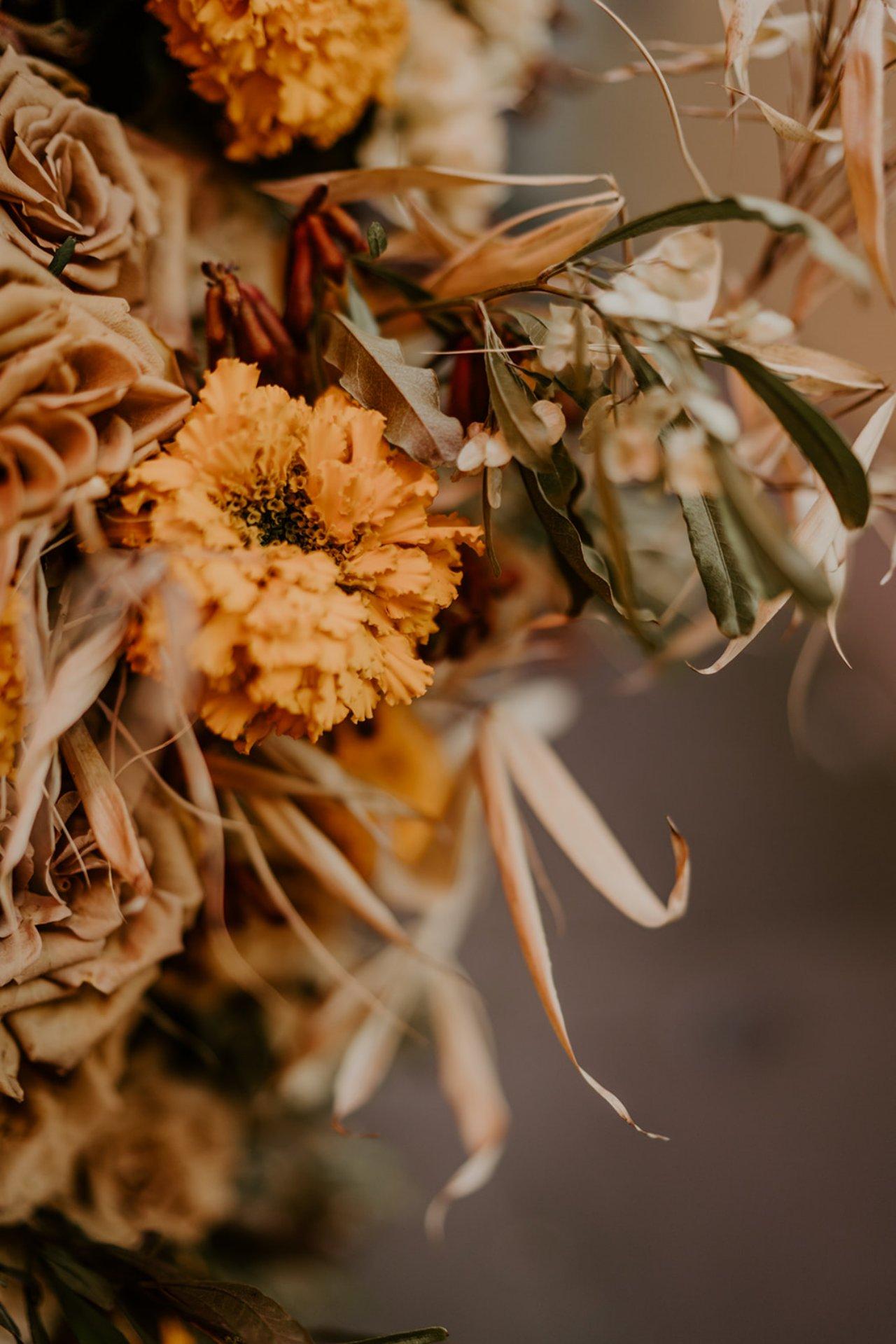 Les compositions de l'atelier aimer lors du mariage de Camille inspiré par l' atelier wedding. Une belle composition floral de couleur ocre.