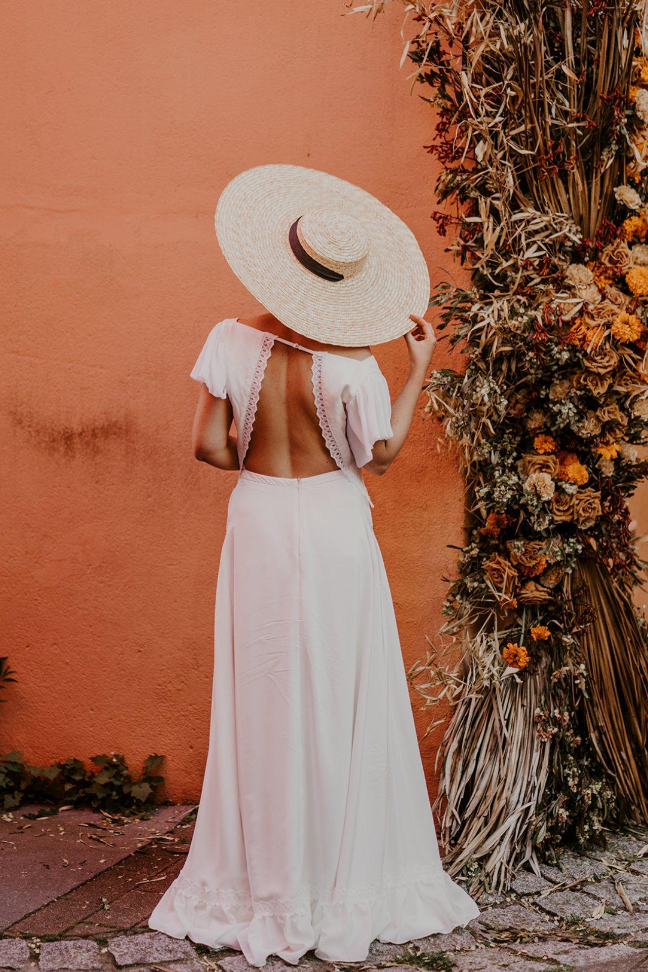 Très belle robe de mariée dos nu avec son chapeau de paille.