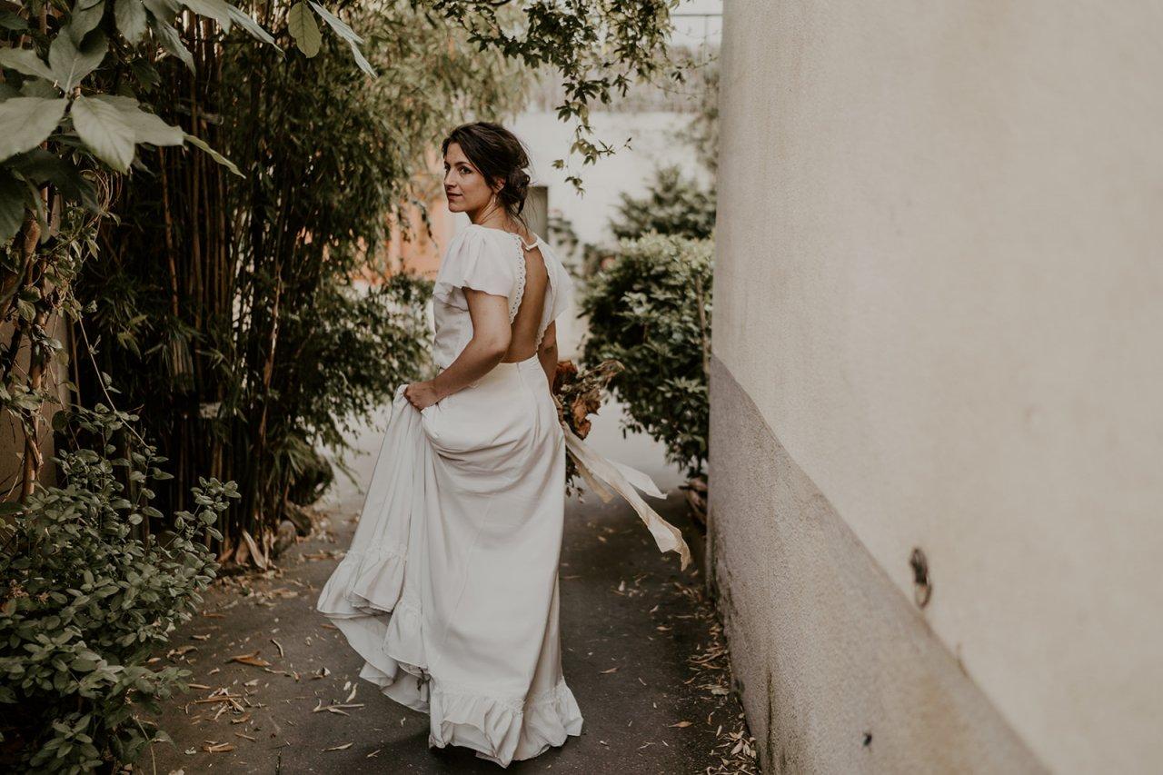 Camille jolie mariée qui se balade dans les ruelles de trentemoult.,on se croirait en Espagne.