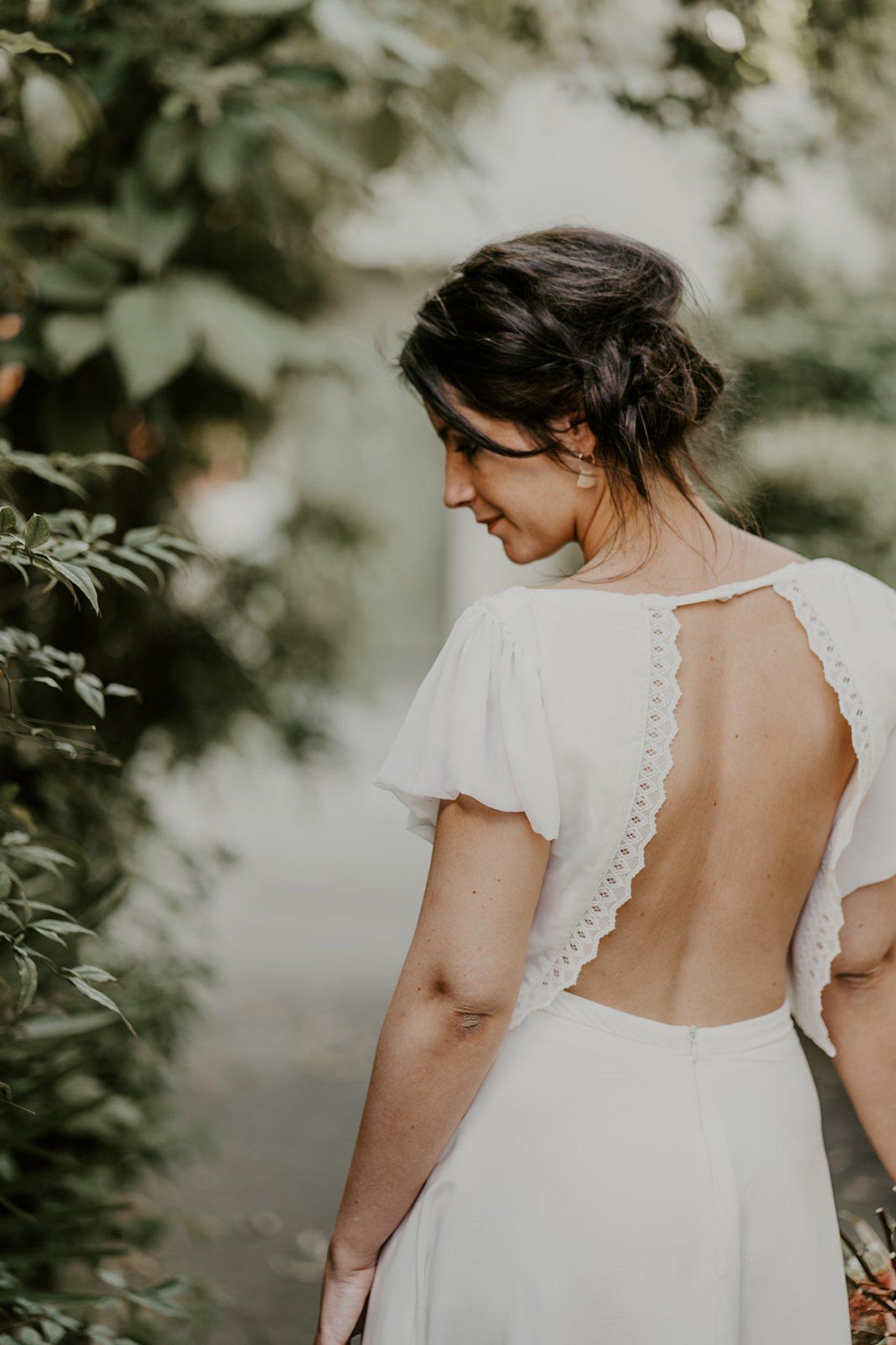 Une robe de mariée sans dentelle avec un joli dos nu, c'est très sexy!