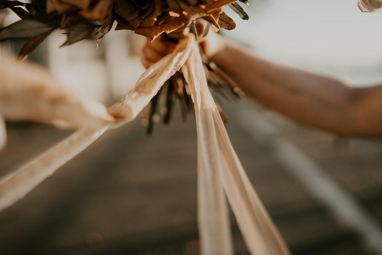 Ruban sur le bouquet de la mariée pour remplacer le traditionnel lancé de bouqet.