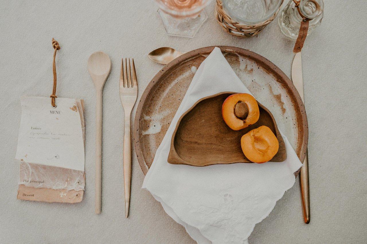 Les mariés ont utilisé de la vaisselle chiné dans une brocante nantaise.
