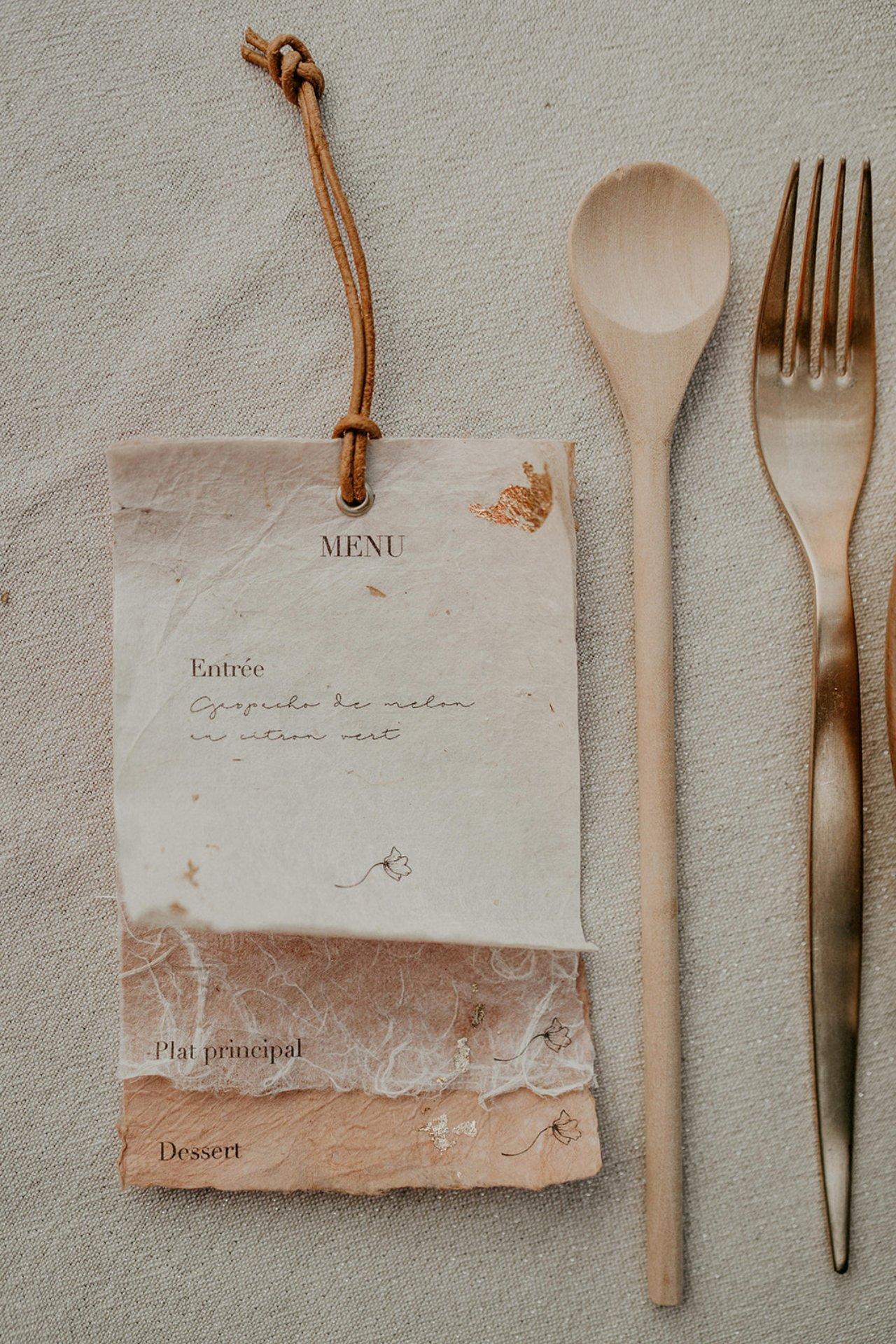 Idée pour réaliser soi même ses menus de mariage dans du papier recyclé.