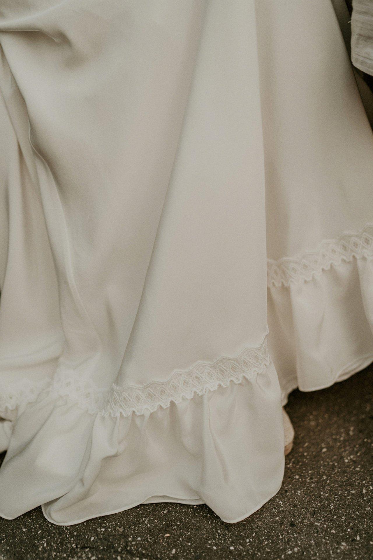 La mariée à choisi une robe très sobre avec juste quelques touches de dentelle.