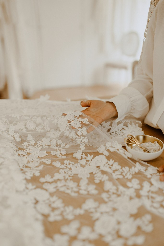 Les robes de mariées de l'atelier sont fabriquées avec des tissus naturel et oeko-tex. tout est fait pour dans une démarche zero dechet.