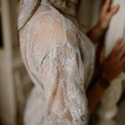 détail de ce joli kimono en dentelle gris perle
