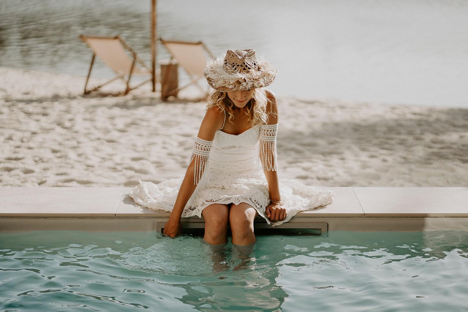 Angéline a eu la belle idée de créer une couronne de fleurs séchées pour mettre sur le chapeau de la mariée.